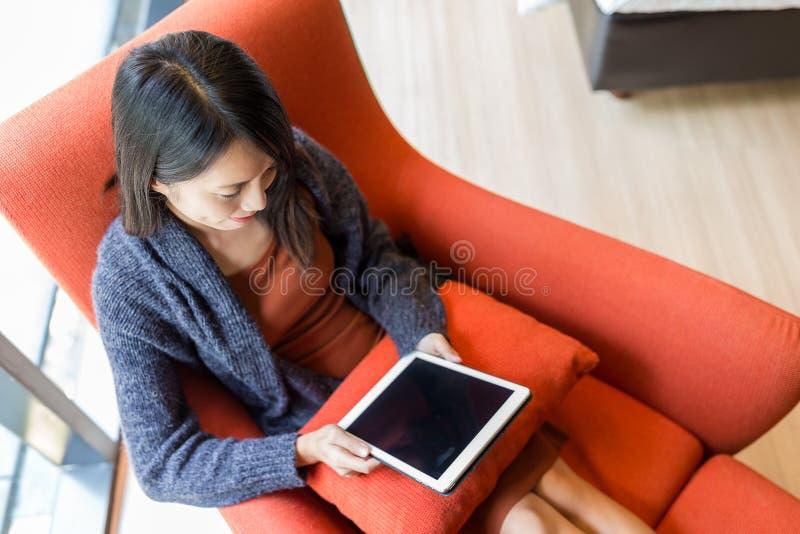 Vue supérieure de la femme à l'aide du comprimé numérique sur le sofa image libre de droits
