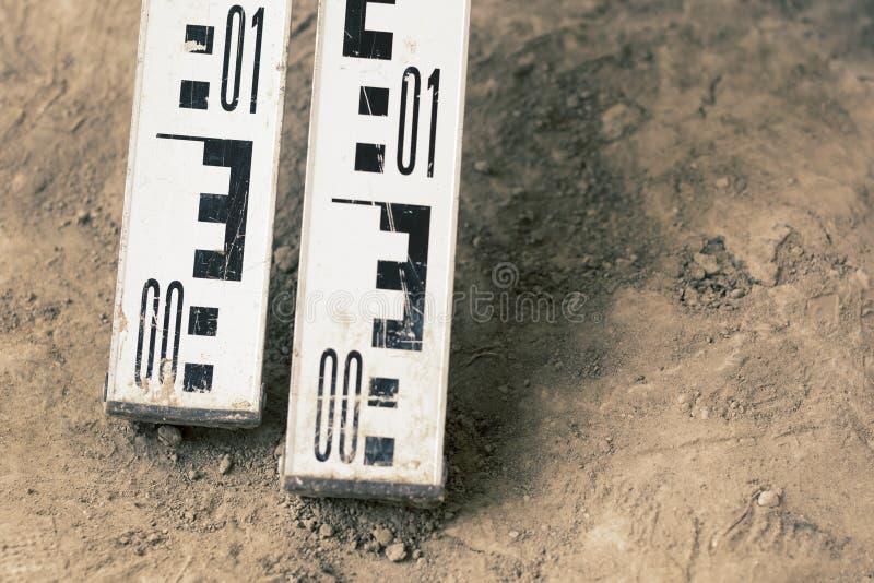 Vue supérieure de la ligne géodésique et archéologique, support au sol rouge Outils de examen Excavations archéologiques photos stock