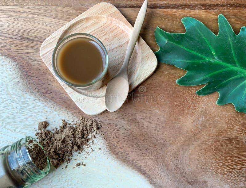 Vue supérieure de la médecine de Yaom, de baume, cordiale ou aromatique sur le fond en bois et la drogue liquide photo stock