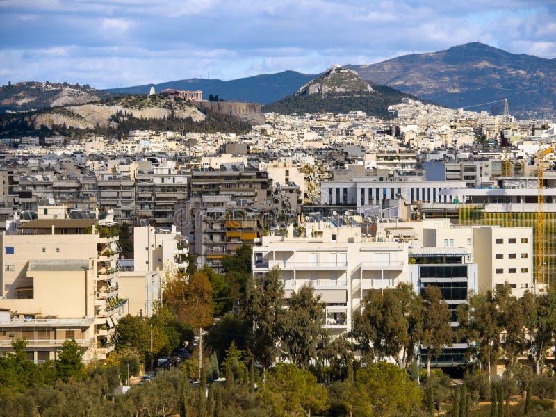 Vue supérieure de la maison, les montagnes, colline d'Acropole et de Likavitos et l'architecture urbaine d'Athènes un jour ensole photographie stock libre de droits