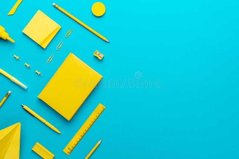 Vue supérieure de la papeterie jaune sur fond bleu turquoise avec espace de copie photos stock