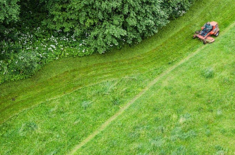 Vue supérieure de la pelouse et des pelouses de fauchage photographie stock libre de droits