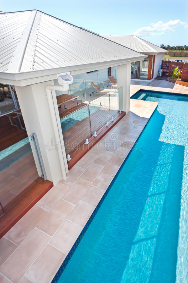 Vue supérieure de la piscine moderne et de luxe d'un hôtel ou ho images stock