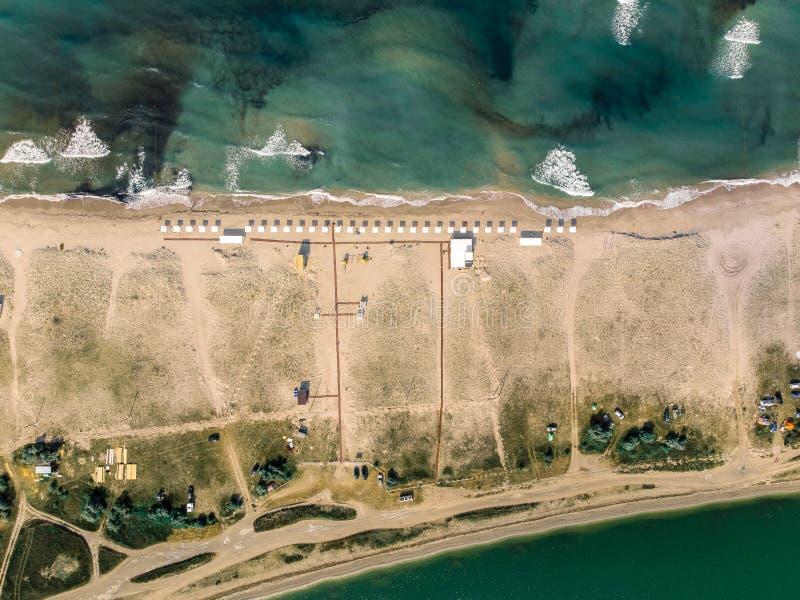 Vue supérieure de la plage entre la mer et l'estuaire crimea photographie stock