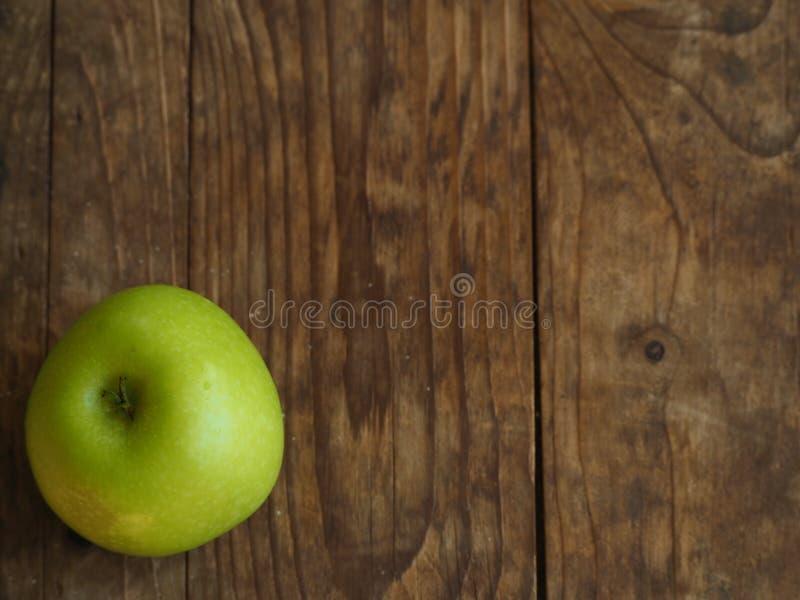Vue supérieure de la pomme verte fraîche sur le panneau de bois photos stock
