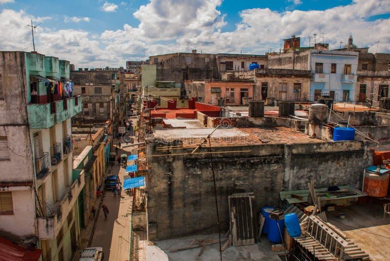 Vue supérieure de la rue, sur les maisons ordinaires avec des toits et des balcons, où les vêtements sèchent havana cuba images stock
