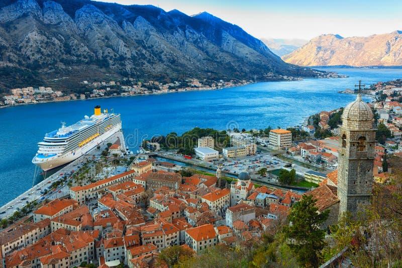 Vue supérieure de la vieille ville et du grand bateau dans Kotor photo stock