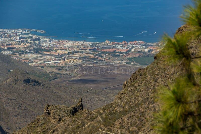 Vue supérieure de la ville magnifique de Las Amériques, centre turistic général dans la ligne de côte sud Longue lentille de focu photo libre de droits