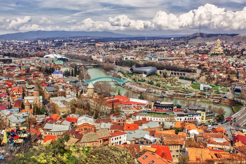 Vue sup?rieure de la ville de Tbilisi, visitant le pays, le pont en verre du monde ? travers la rivi?re Kura dans la place de l'E image stock