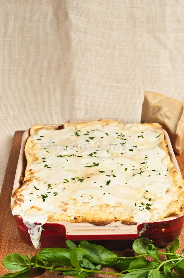 Vue supérieure de lasagne et de brins fraîchement cuits au four de baisel images libres de droits
