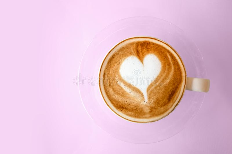 Vue supérieure de latte chaud de café avec du lait en forme de coeur FO d'art de latte photo stock