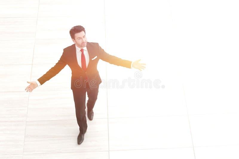Vue supérieure de loin L'homme d'affaires répand ses mains aux côtés image stock