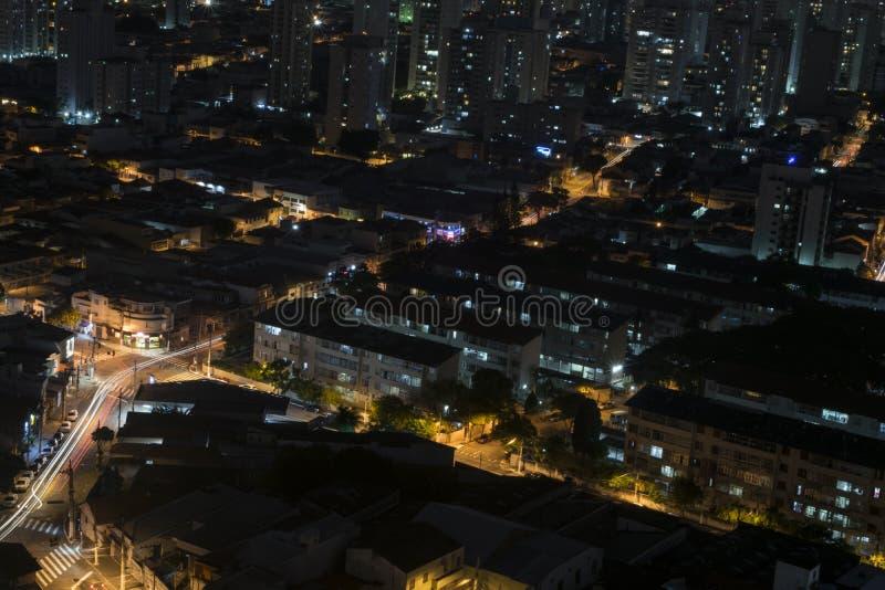Vue supérieure de longue exposition de nuit d'un voisinage serré de Sao Paulo, Brésil images libres de droits