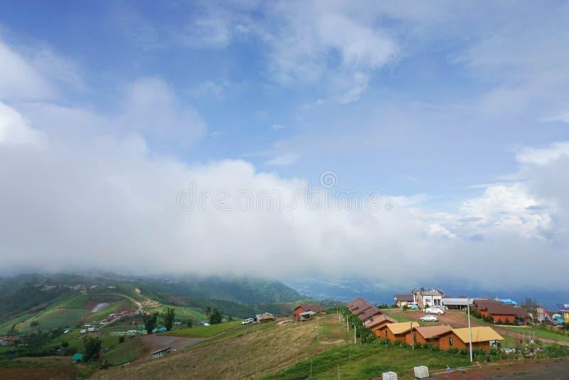 Vue supérieure de maison au dessus de montagne en hiver photo stock