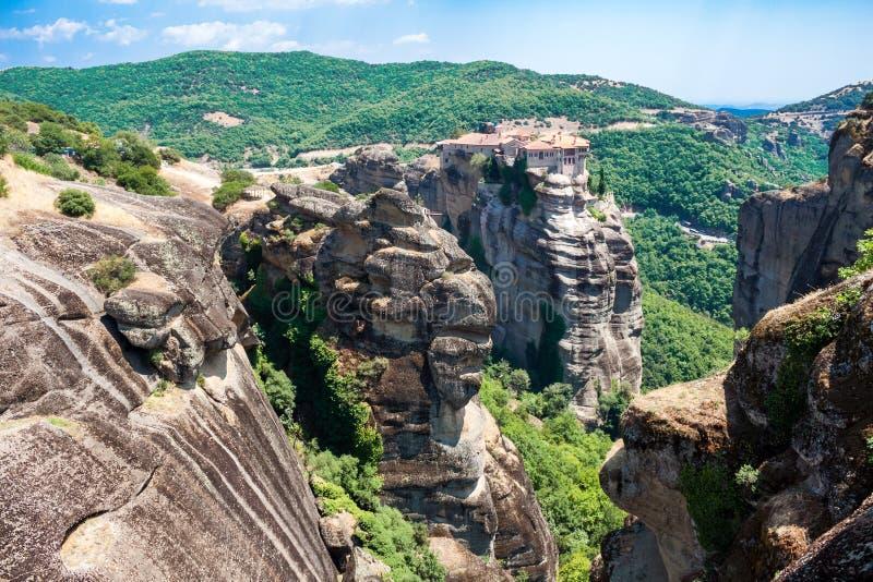 Vue supérieure de monastère de Varlaam le deuxième plus grand Meteora, en Grèce, et les formations de roche uniques autour de ell image stock