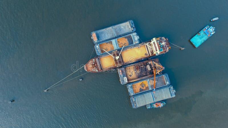 Vue supérieure de navire porte-conteneurs chargeant le produit agricole en rivière photos libres de droits