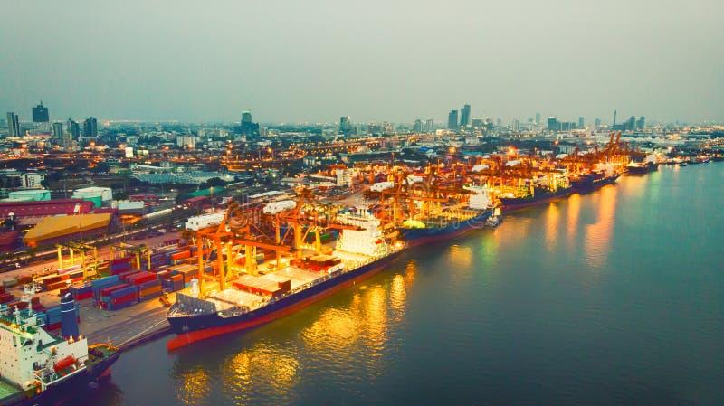 Vue supérieure de navire porte-conteneurs dans l'exportation et les affaires et le rondin d'importation photographie stock libre de droits