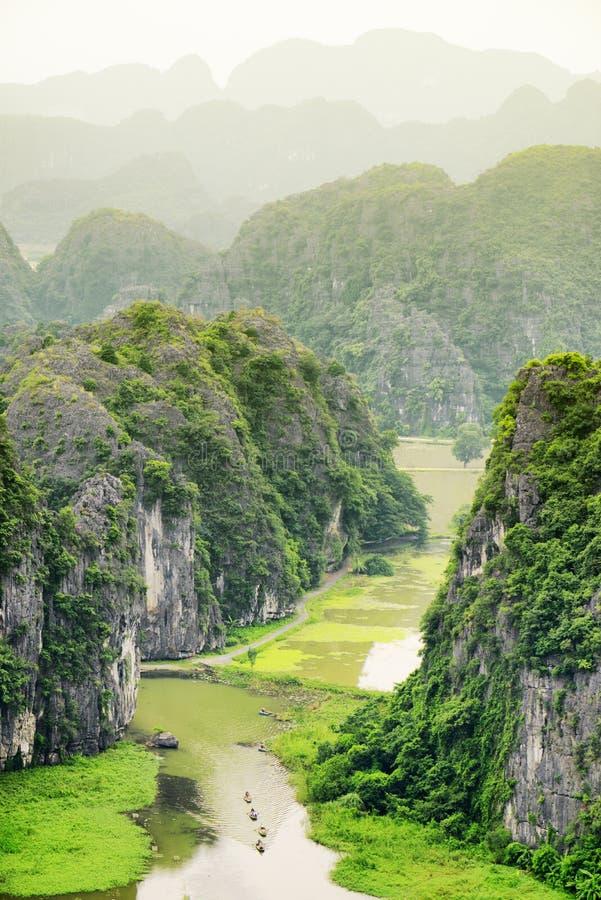 Vue supérieure de Ngo Dong River et des bateaux, Ninh Binh, Vietnam photos libres de droits