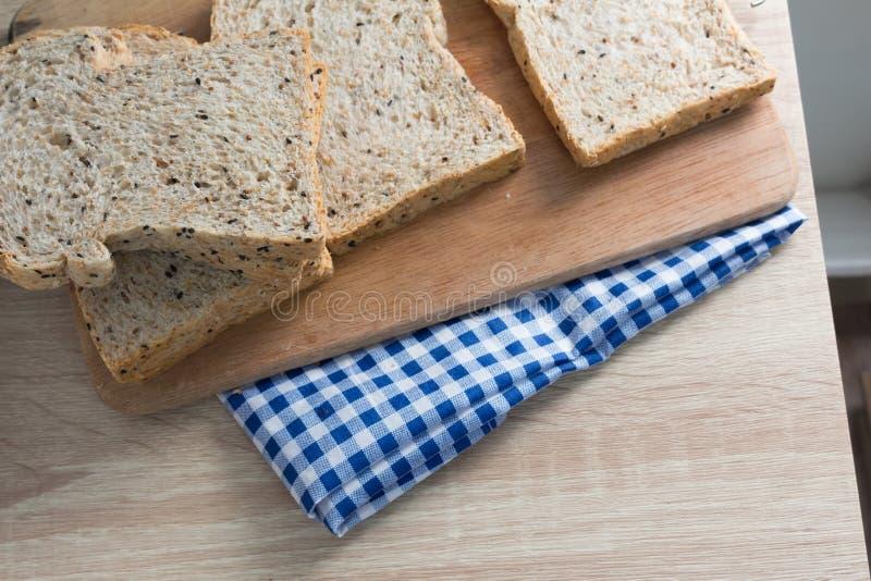 Vue supérieure de pain entier coupé en tranches sur une table en bois image libre de droits