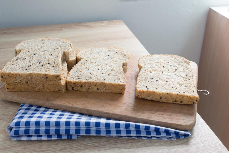 Vue supérieure de pain entier coupé en tranches sur une table en bois photos libres de droits
