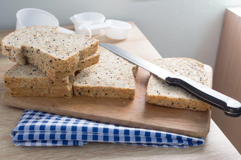 Vue supérieure de pain entier coupé en tranches sur une table en bois photographie stock libre de droits