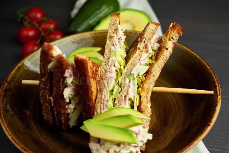 Vue supérieure de pain grillé sain de sandwich avec de la laitue, le jambon, le fromage et la tomate sur un fond en bois photo libre de droits