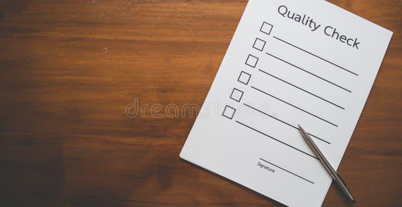 Vue supérieure de papier de liste de contrôle avec le stylo sur la table en bois dans le concept d'affaires images libres de droits