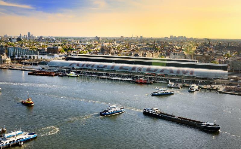 Vue supérieure de paysage urbain d'Amsterdam au coucher du soleil Rivière avec des bateaux, bateaux, station centrale Visite tour photographie stock