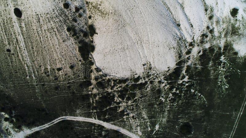 Vue supérieure de pente blanche stupéfiante d'une montagne couverte d'arbres et de buissons projectile Antenne pour la falaise av photos libres de droits