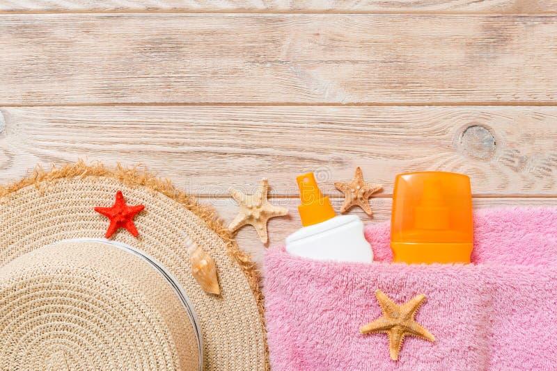 Vue supérieure de personnel de plage d'été avec l'espace de copie Coquillages, une bouteille de suncream, chapeau de paille et se photo stock
