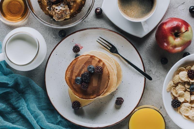 vue supérieure de petit déjeuner sain savoureux avec les fruits et la granola de crêpes image stock