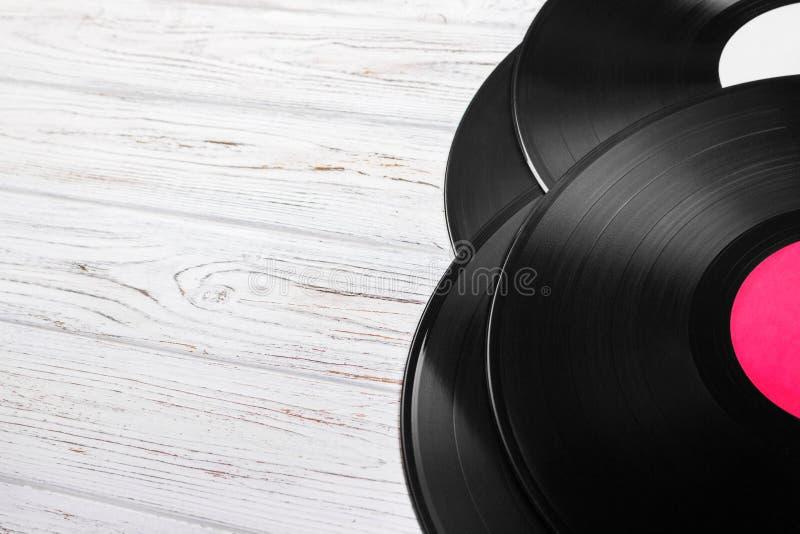 Vue supérieure de pile de disques vinyle au-dessus de table en bois légère avec l'espace de copie pour le texte photographie stock