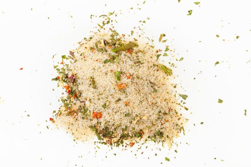 vue supérieure de pile de sel chevronné avec des légumes images libres de droits