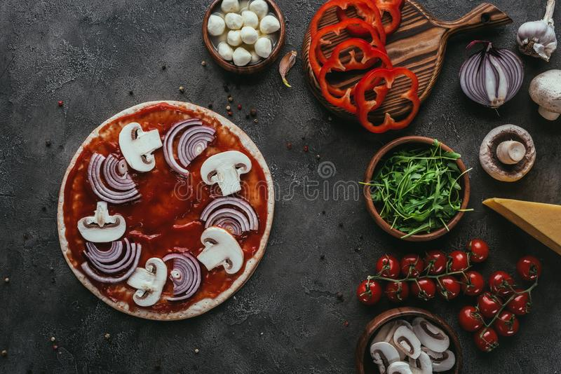 Vue supérieure de pizza non préparée avec des ingrédients photo stock