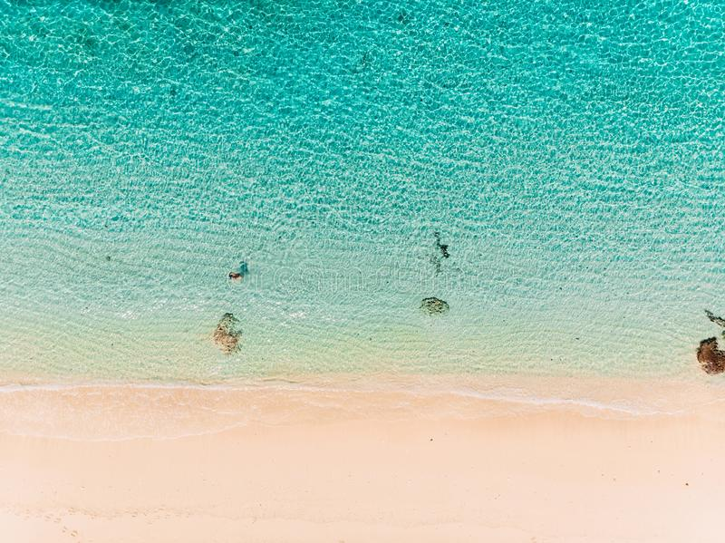 Vue supérieure de plage de paradis avec de l'eau océan de turquoise, tir aérien image libre de droits