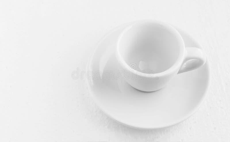 Vue supérieure de plan rapproché sur la tasse et soucoupe de café blanc, tasse de café sans café vide, pour le café noir, sur un  photos stock