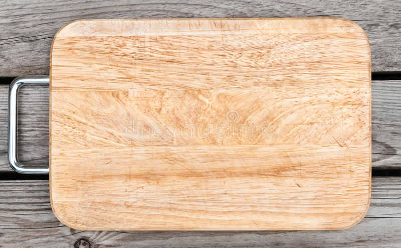 Vue supérieure de planche à découper en bois sur la vieille table photos stock