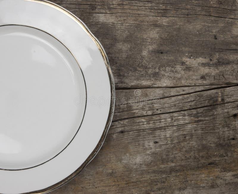 Vue supérieure de plat blanc vide de nourriture sur un fond en bois photographie stock libre de droits