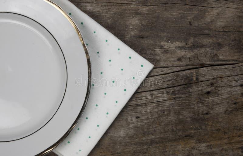 Vue supérieure de plat blanc vide de nourriture sur un fond en bois photographie stock