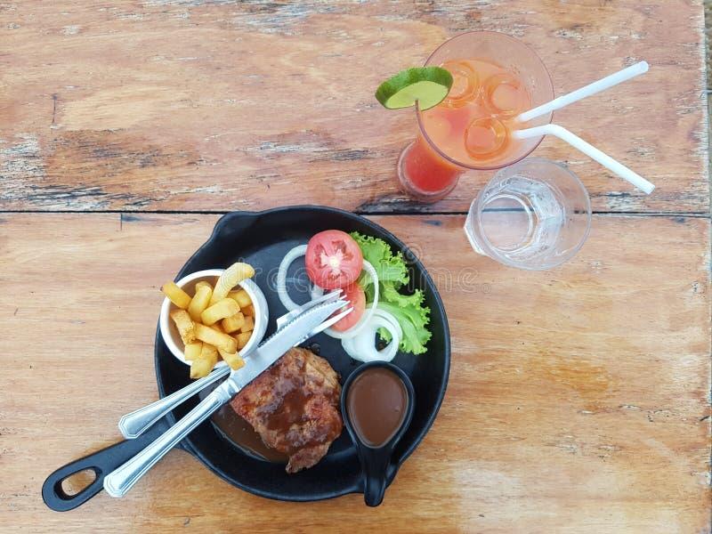 Vue supérieure de plat de bordure grillée fraîche de viande par la salade fraîche, les tomates, l'oignon, la laitue et deux verre image stock