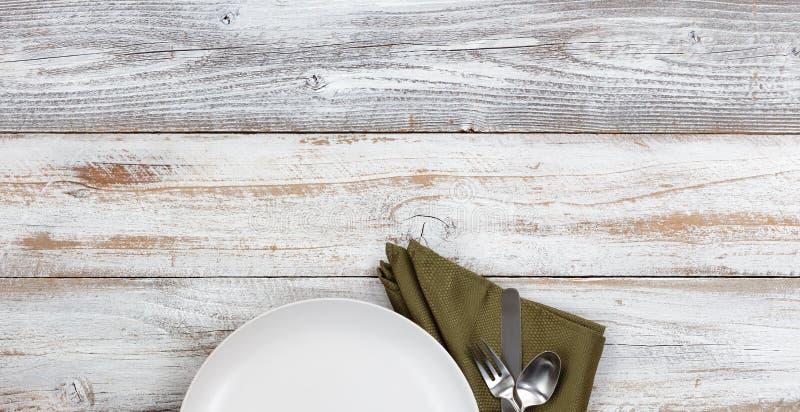 Vue supérieure de plat de dîner propre avec la serviette et l'argenterie vertes photographie stock