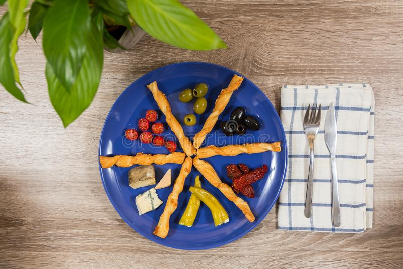 Vue supérieure de plat méditerranéen d'antipasti avec deux genres d'olives photos stock