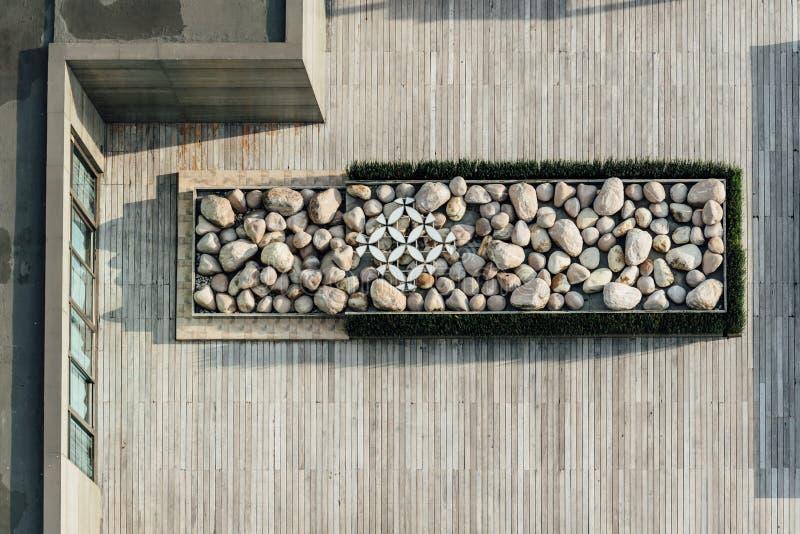 Vue supérieure de plate-forme remplie de pierre sur le dessus de toit en bois Décoration architecturale, plate-forme extérieure photographie stock