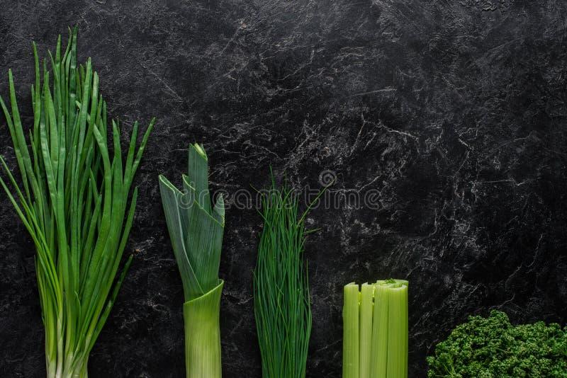 vue supérieure de poireau et de ciboulette d'oignon vert sur la table concrète saine images stock