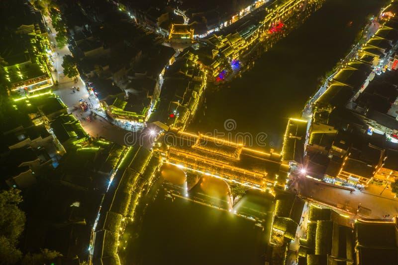 Vue supérieure de pont coloré dans la ville antique de Fenghuang photos stock