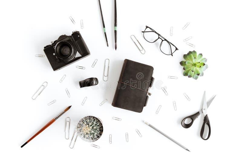 Vue supérieure de portefeuille, appareil-photo et diverses fournitures de bureau et usine photographie stock