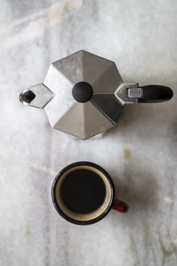 Vue supérieure de pot d'expresso et de tasse de café images stock
