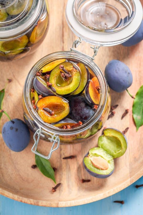 Vue supérieure de préparation pour les prunes en boîte dans le pot images stock