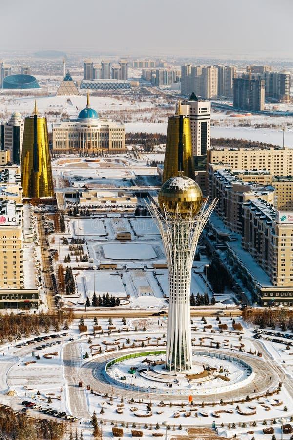 Vue supérieure de résidence Ak Orda, Chambre des ministères et du boulevard de Nur-Jol avec le monument de Baiterek à Astana, Kaz image libre de droits