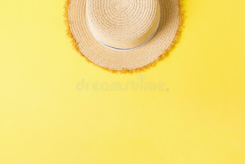 Vue supérieure de rétro chapeau de paille jaune avec l'espace de copie concept d'été sur le fond jaune photos libres de droits